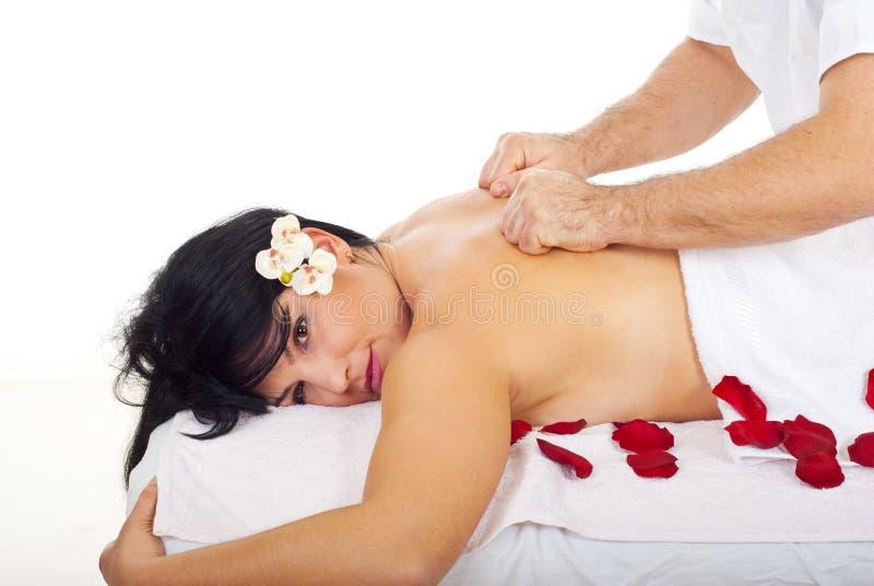 A mulher bonita recebe a massagem traseira profunda fotografia de stock