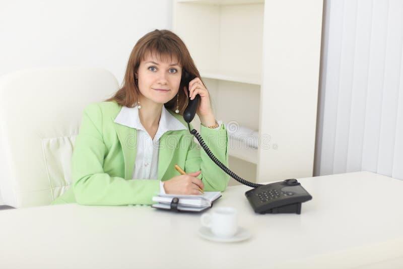 Mulher bonita - a secretária trabalha no escritório fotografia de stock royalty free