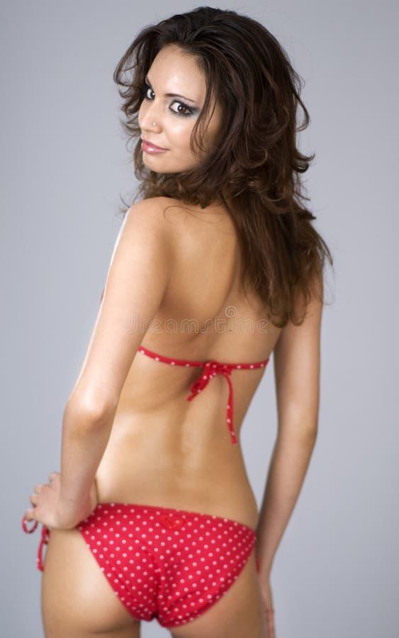 Mulher bonita 'sexy' que desgasta o biquini vermelho imagem de stock