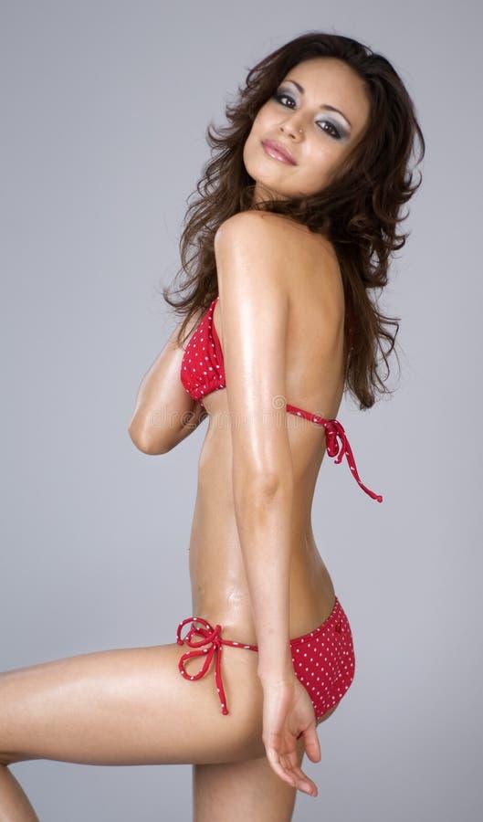 Mulher bonita 'sexy' que desgasta o biquini vermelho foto de stock royalty free