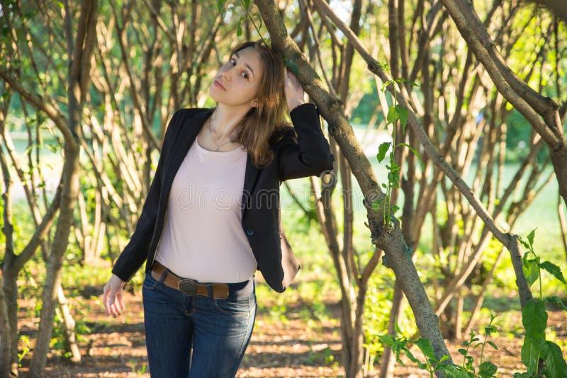 Mulher bonita sob a árvore no dia brilhante ensolarado fotos de stock