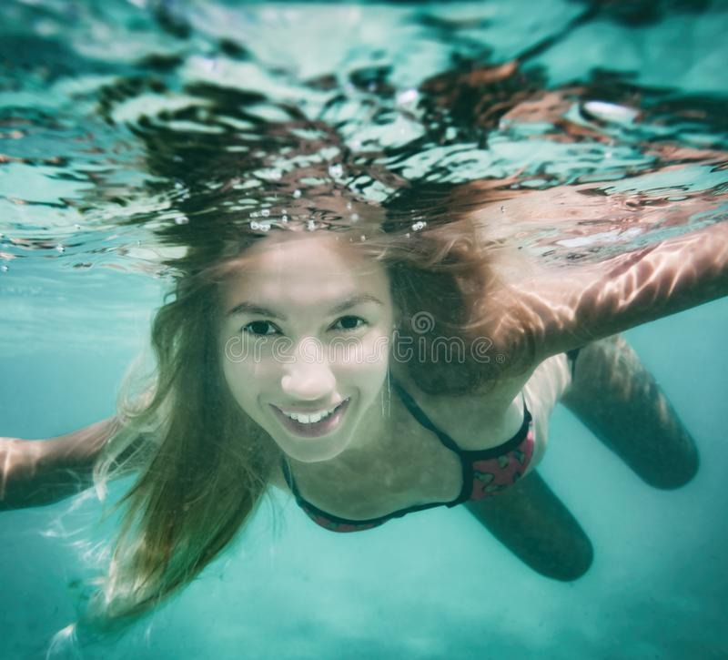 Mulher bonita subaquática imagem de stock royalty free