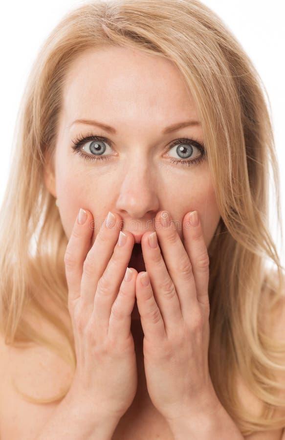 Mulher bonita surpreendida, coberto sua cara com as mãos, close-up imagem de stock royalty free
