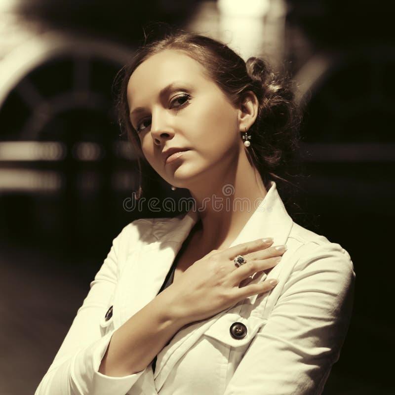 Mulher bonita triste da forma que anda na rua da cidade da noite foto de stock royalty free