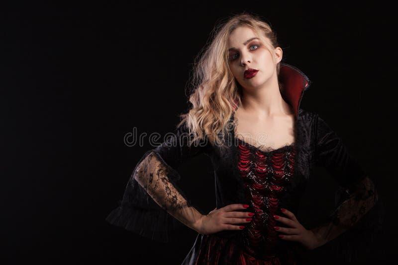 Mulher bonita vestida acima como uma bruxa para o carnaval do Dia das Bruxas imagem de stock