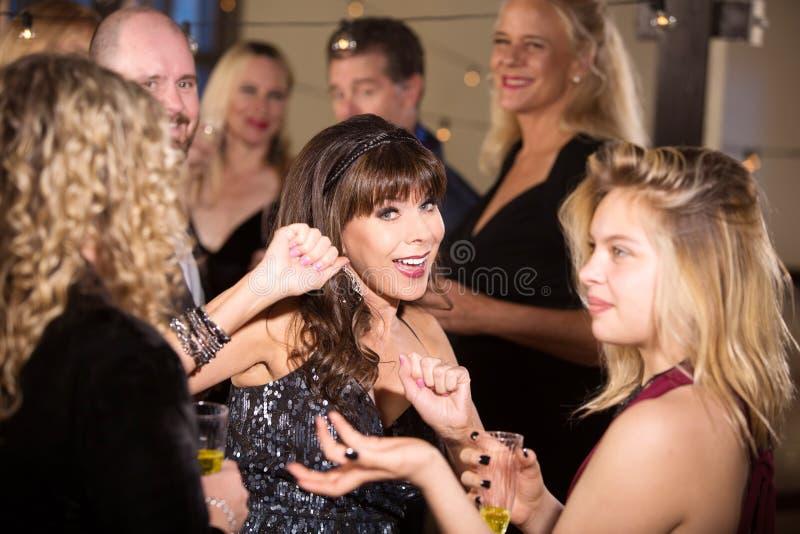 Mulher bonita vestida na dança preta foto de stock royalty free