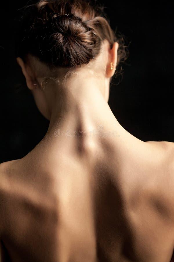 Mulher bonita, vista traseira no fundo do dack imagem de stock royalty free