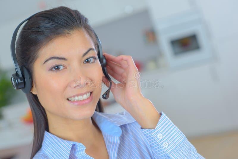 A mulher bonito bonita do centro de atendimento sorri amigável imagens de stock