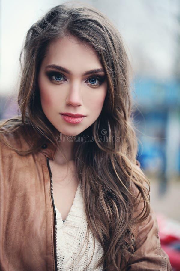 Mulher bonito com cabelo encaracolado marrom foto de stock