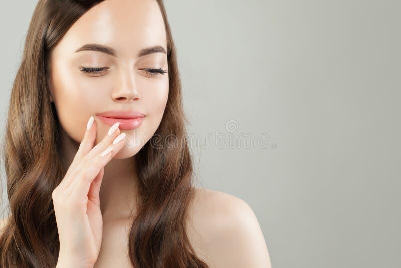 Mulher bonito com pele clara, cabelo longo e o retrato manicured do close up dos pregos fotografia de stock