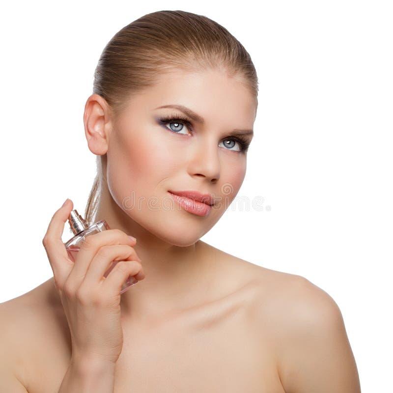 Mulher bonito dos olhos azuis que aplica o perfume imagens de stock royalty free