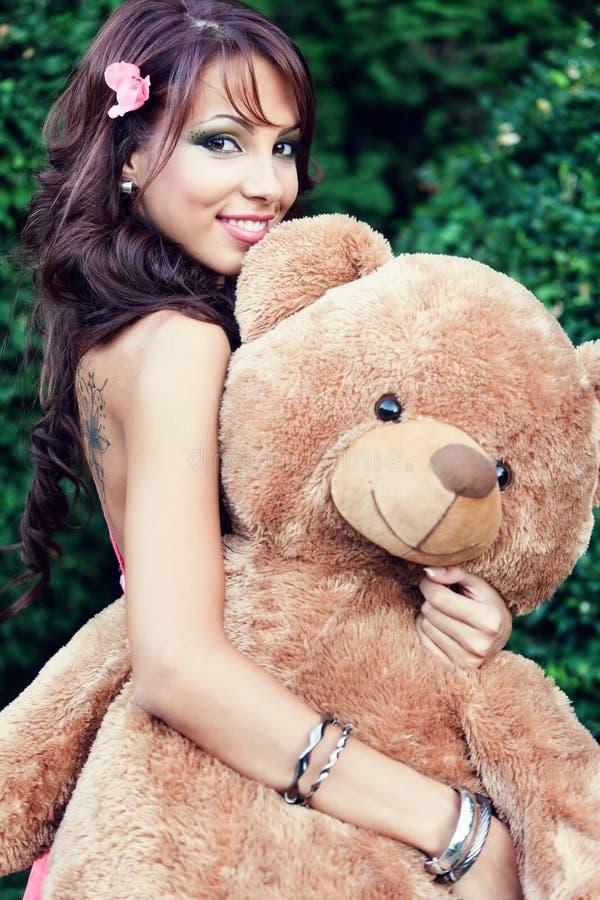 Mulher bonito feliz e seu urso de peluche imagens de stock