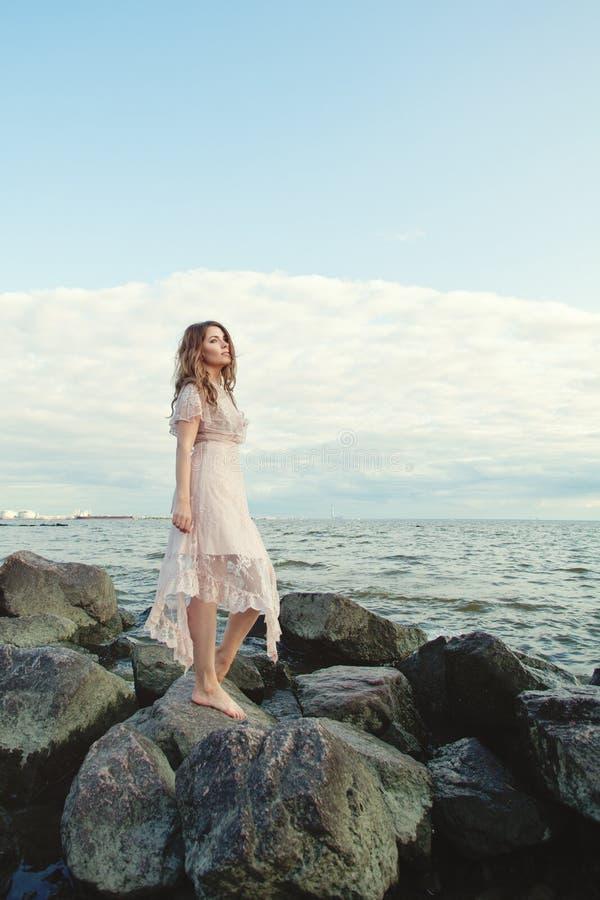 Mulher bonito na costa do oceano, retrato fotos de stock royalty free
