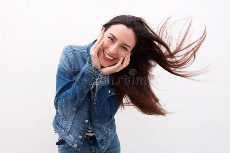 Mulher bonito no revestimento da sarja de Nimes com sopro longo do cabelo fotos de stock