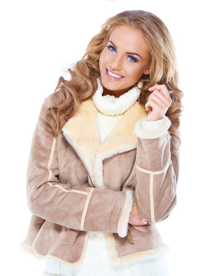 Mulher bonito que desgasta o revestimento moderno da pele do inverno foto de stock