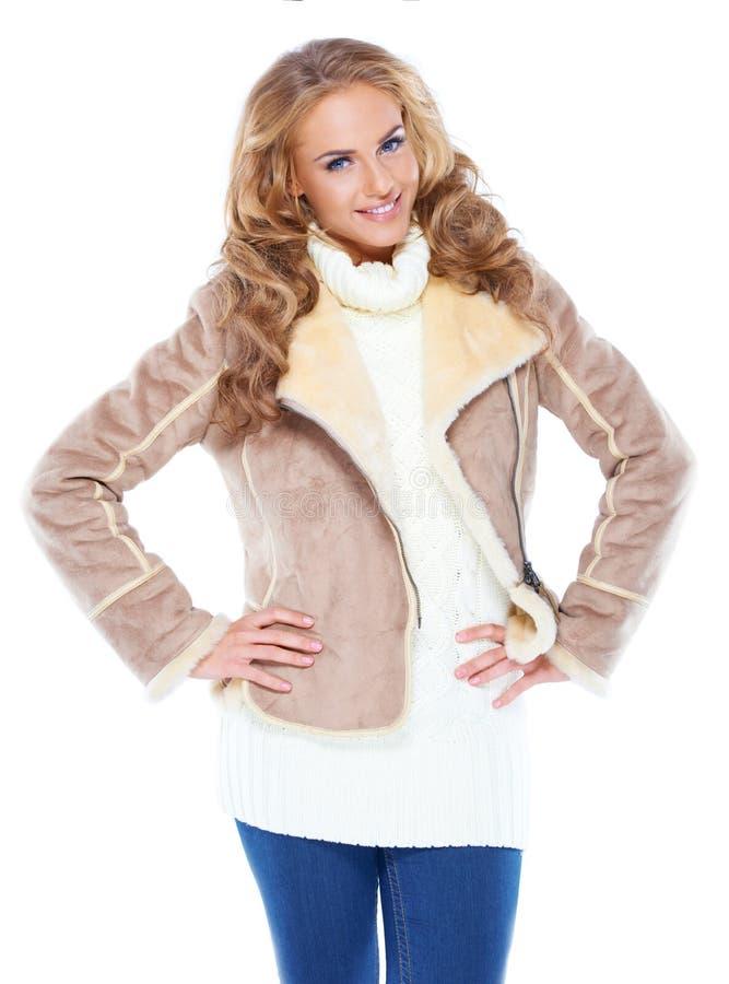 Mulher bonito que desgasta o revestimento moderno da pele do inverno foto de stock royalty free