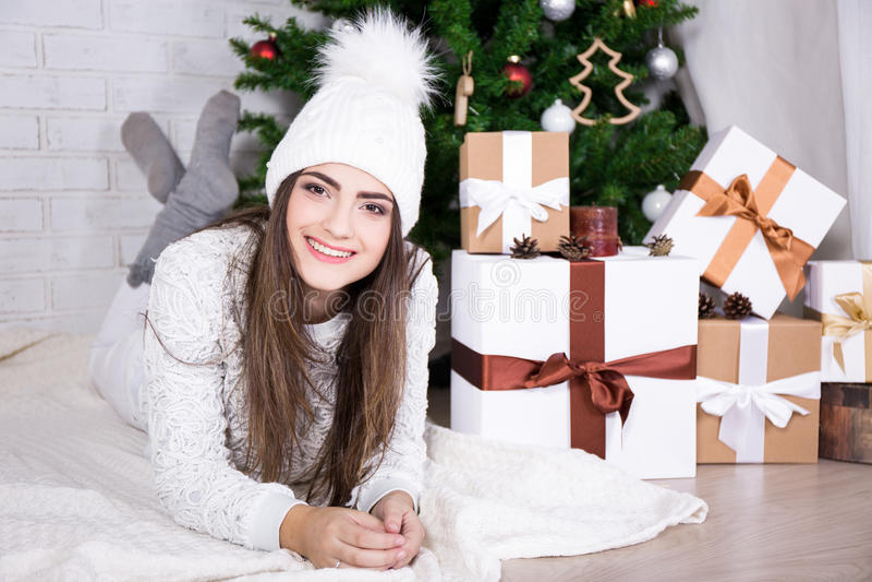 Mulher bonito que encontra-se perto da árvore de Natal decorada imagem de stock royalty free