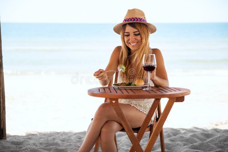 Mulher bonito que relaxa na praia só foto de stock royalty free