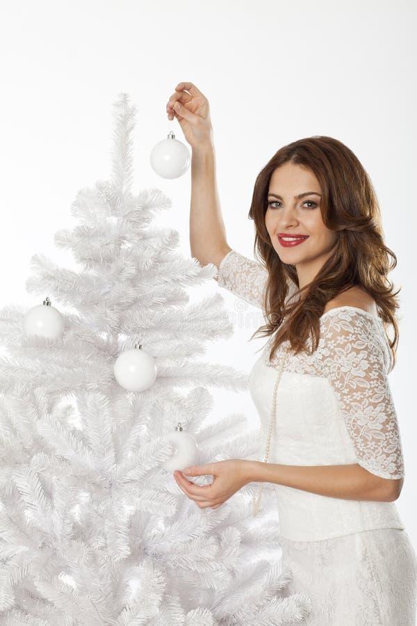 Mulher branca da época de Natal que decora a árvore de Natal fotos de stock royalty free