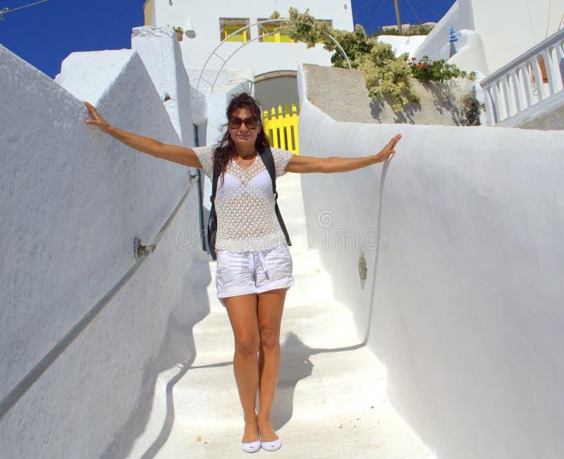 Mulher branca do turista que aprecia a arquitetura de Cyclades fotografia de stock royalty free