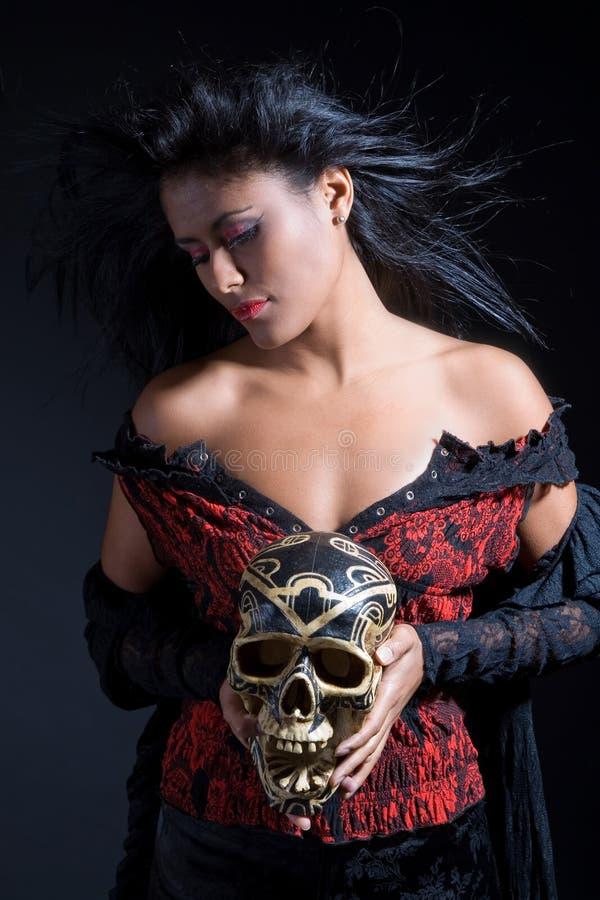 Mulher brasileira bonita que prende um crânio fotos de stock