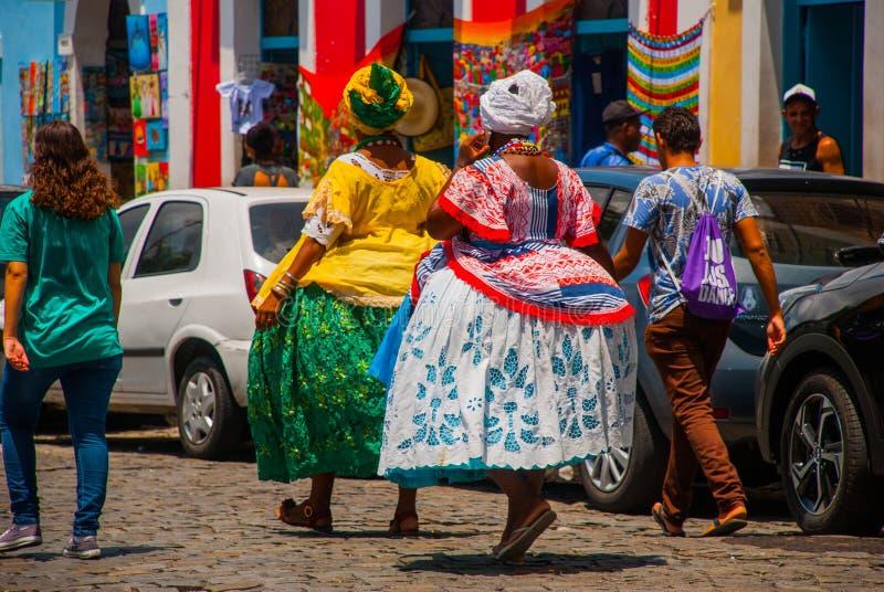 Mulher brasileira da ascend?ncia africana, sorrindo, vestida no vestu?rio tradicional de Baiana em Pelourinho, Salvador, Brasil foto de stock royalty free