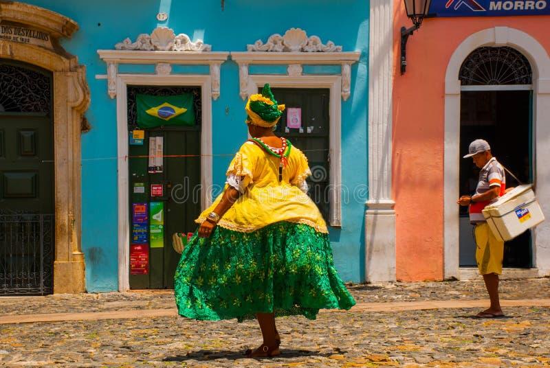 Mulher brasileira da ascend?ncia africana, sorrindo, vestida no vestu?rio tradicional de Baiana em Pelourinho, Salvador, Brasil fotografia de stock