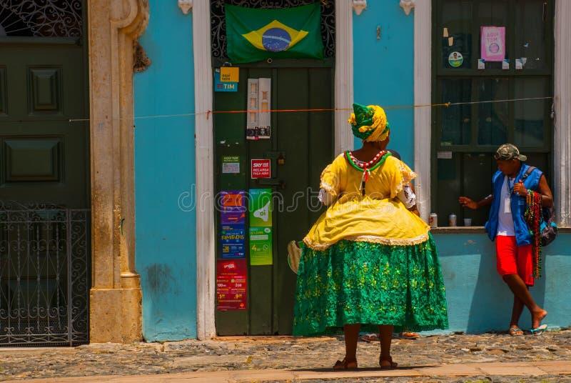 Mulher brasileira da ascend?ncia africana, sorrindo, vestida no vestu?rio tradicional de Baiana em Pelourinho, Salvador, Brasil imagens de stock