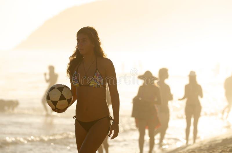 Mulher brasileira de Carioca que guarda a praia de Ipanema do futebol imagem de stock