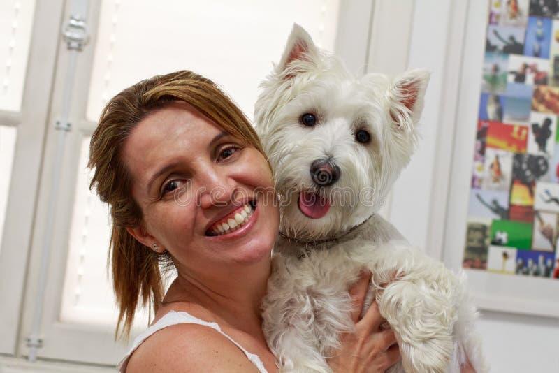 Mulher brasileira e seu Westie imagens de stock royalty free