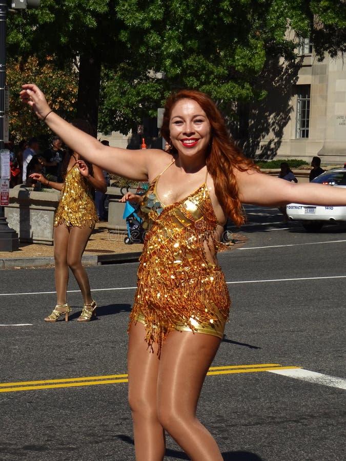 Mulher brasileira em um vestido de Golding fotos de stock