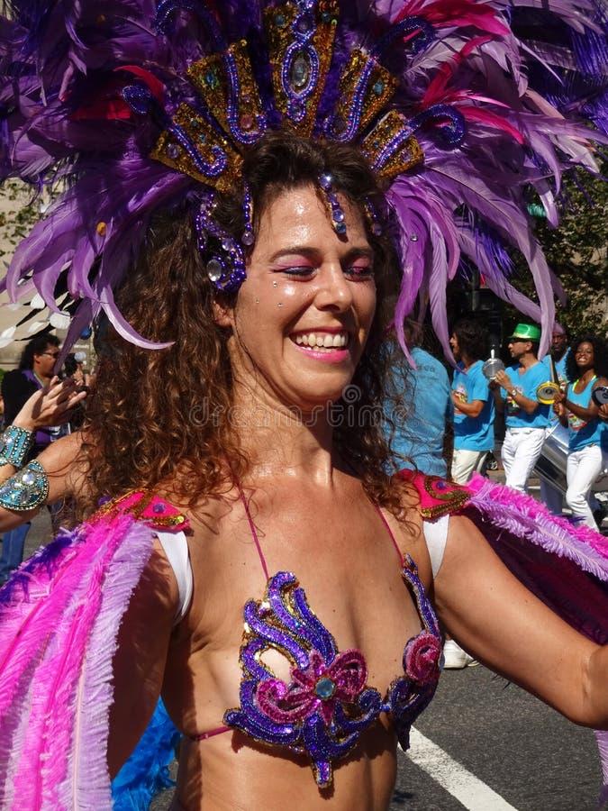 Mulher brasileira feliz no roxo imagens de stock royalty free