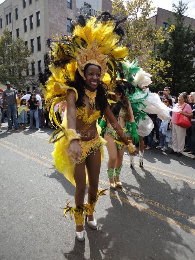 A mulher brasileira vestiu-se no amarelo foto de stock royalty free