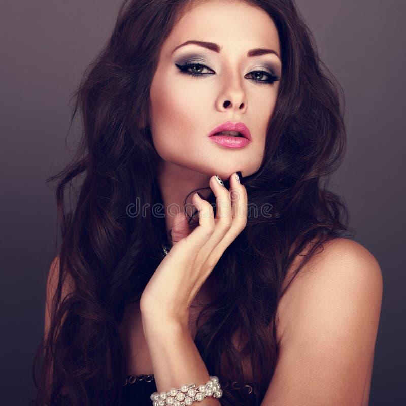 Mulher brilhante bonita da composição da noite com penteado encaracolado longo imagem de stock royalty free