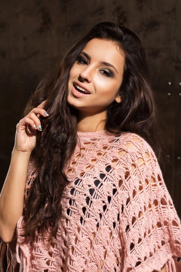 Mulher bronzeada alegre com o cabelo luxúria longo que levanta na camiseta cor-de-rosa imagem de stock