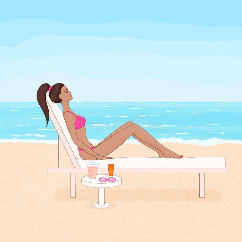 mulher bronzeada que encontra-se na sala de estar do chaise e que toma sol na praia ilustração royalty free