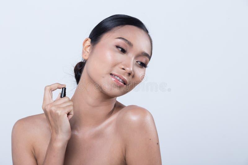 Mulher bronzeado reta longa asiática da pele do cabelo preto no vestido preto foto de stock royalty free