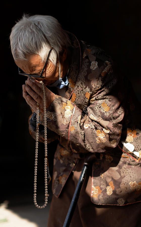 Mulher budista em Boudhanath Stupa, Nepal foto de stock royalty free