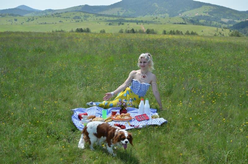 Mulher, cão e natureza fotografia de stock royalty free