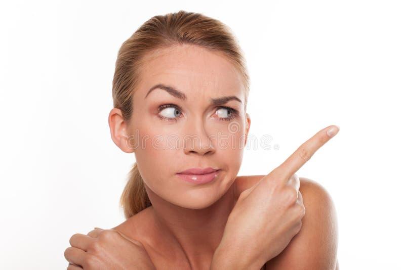 Mulher céptica que aponta com seu dedo foto de stock