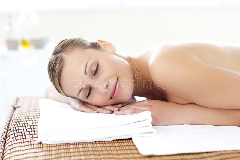 Mulher calma durante um tratamento da beleza foto de stock