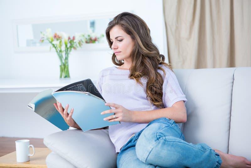 Mulher calma que lê um compartimento fotografia de stock