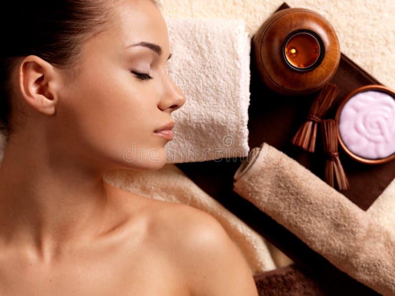 Mulher calma que relaxa no salão de beleza dos termas foto de stock royalty free