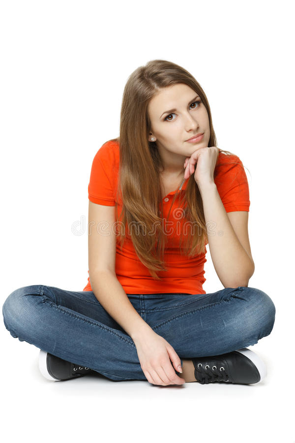 Mulher calma que senta-se no assoalho foto de stock
