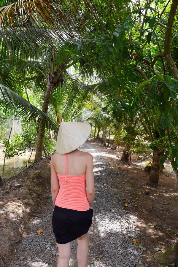 Mulher caminhando em selvas vietnamitas imagem de stock