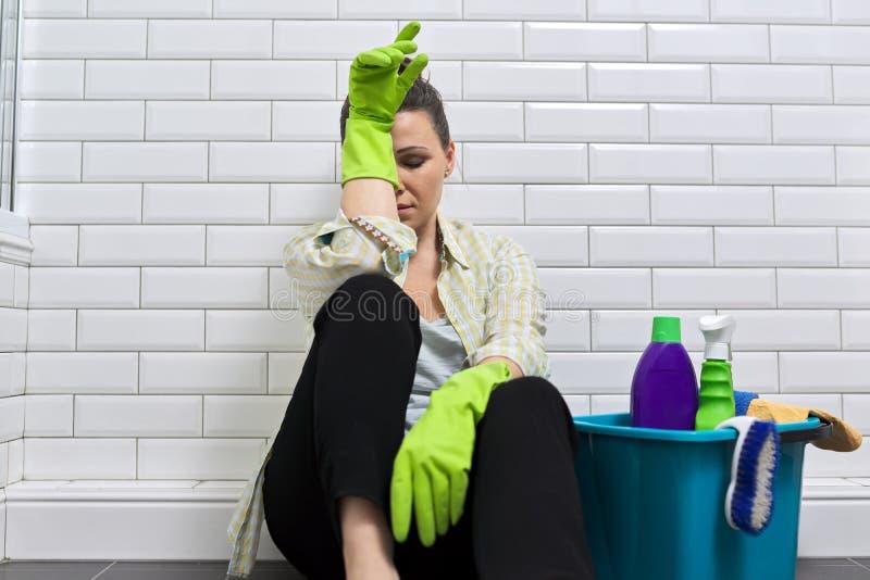 Mulher cansada fazendo limpeza de casa no banheiro Fadiga, stress, limpeza, casa fotografia de stock