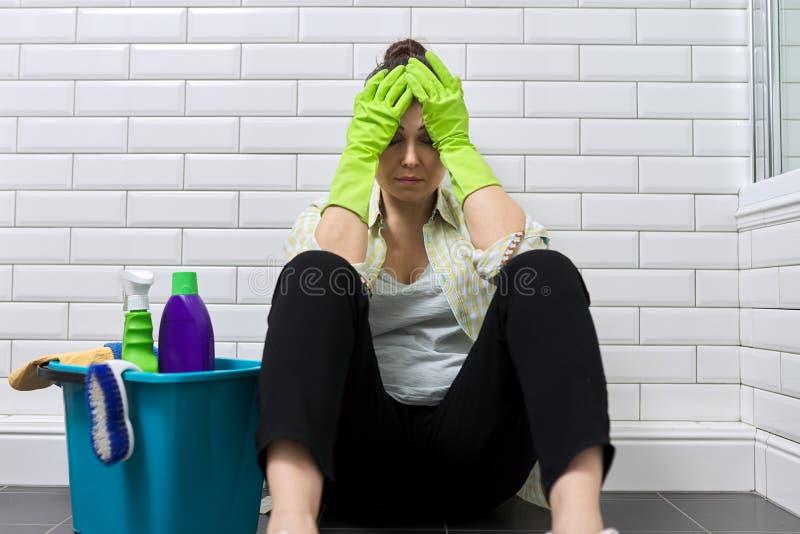 Mulher cansada fazendo limpeza de casa no banheiro Fadiga, stress, limpeza, casa imagem de stock