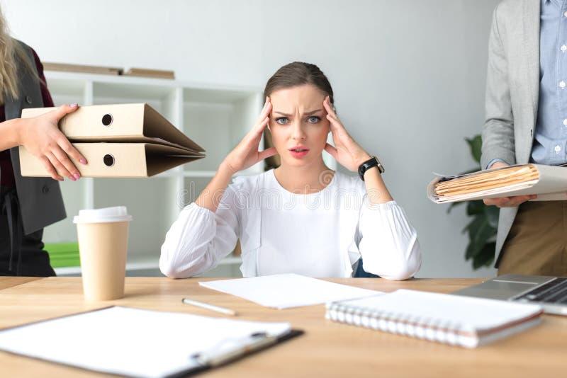 Mulher cansado com dor de cabeça fotografia de stock