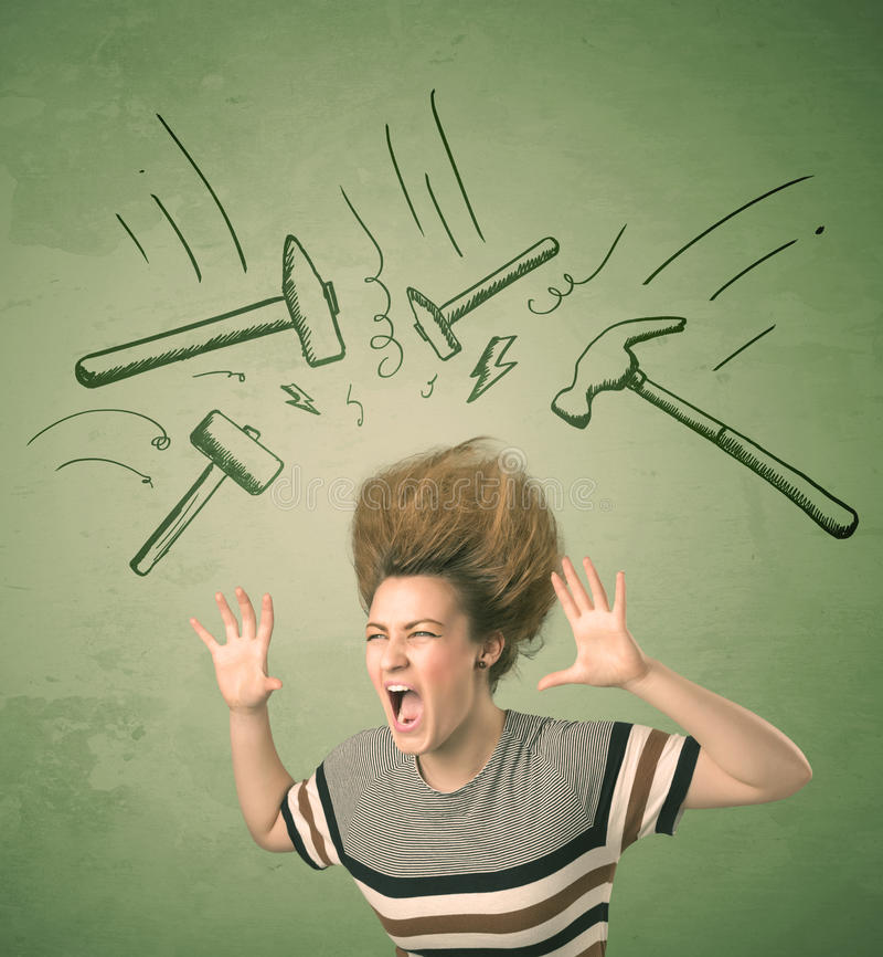A mulher cansado com penteado e a dor de cabeça martelam símbolos ilustração do vetor