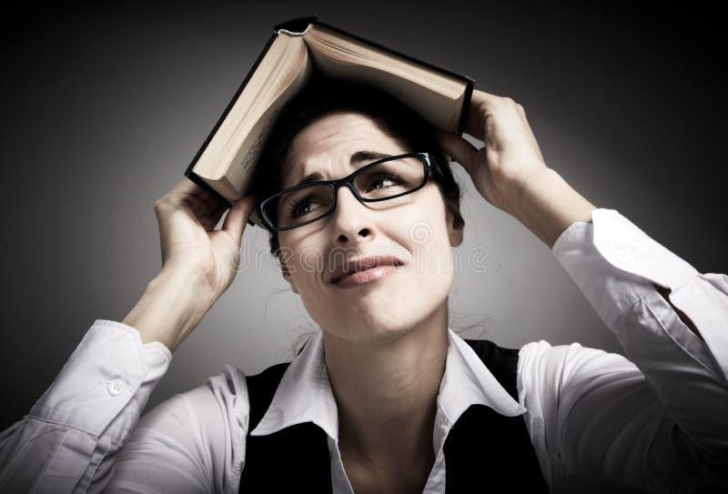 Mulher cansado do estudante com livro. foto de stock royalty free